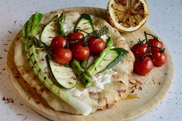 Hjemmelaget pitabrød med vegan hummus og grillede grønnsaker
