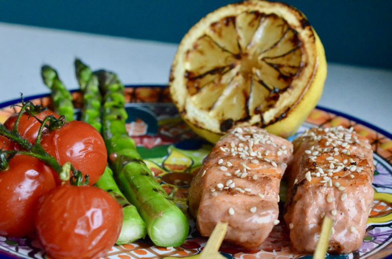 Grillet tandorimarinert laks med deilige grønnsaker er en sunn og god rett som faller i smak hos store og små.