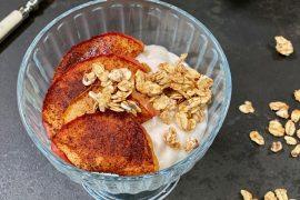 Yokos vanilje med bakt eple og glutenfri granola